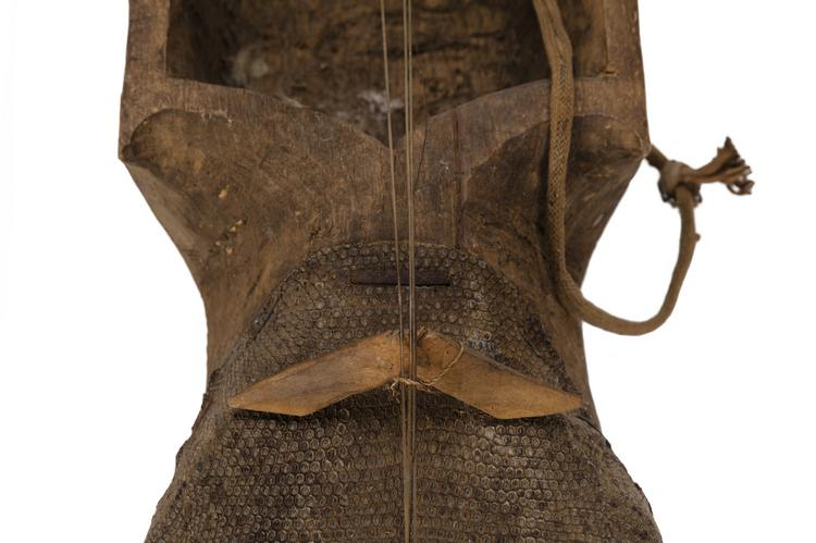 Detail of waist and bridge of Horniman Museum object no 2013.196.1