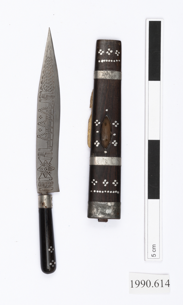 knife (weapons: edged); knife sheath (sheath (weapons: accessories))