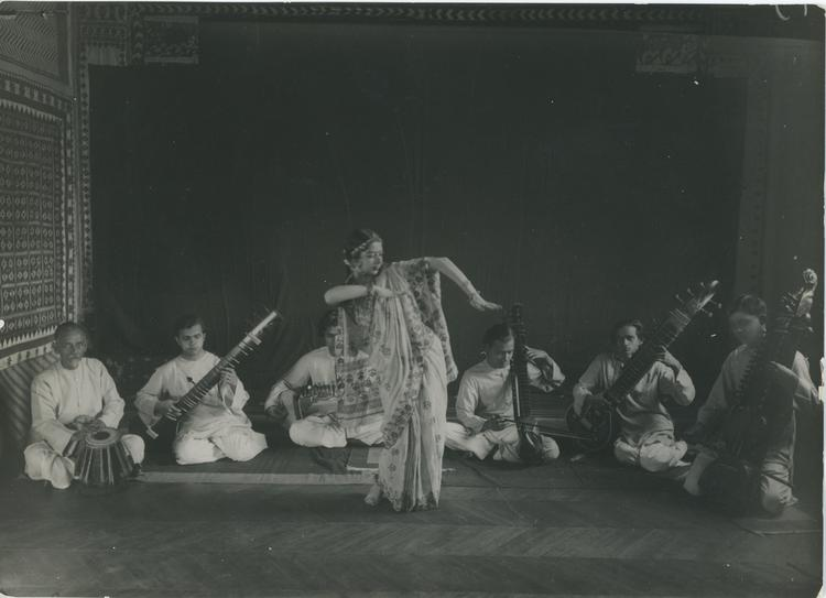 de Zoete India photographic print: Group performance, with one dancer and six seated musicians playing drum and sitars