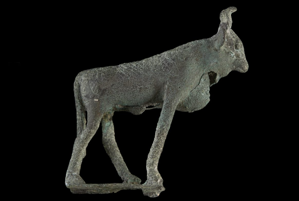 Figurine of cow like figure